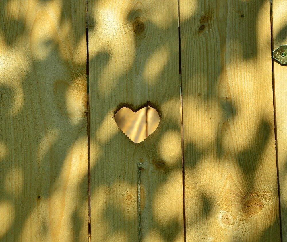 deur van toilet met hartje