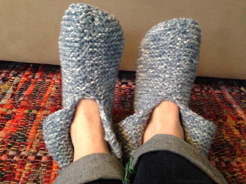 2 koude voeten met gebreide sloffen