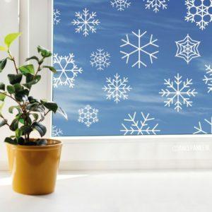 sneeuwkristallen op het raam
