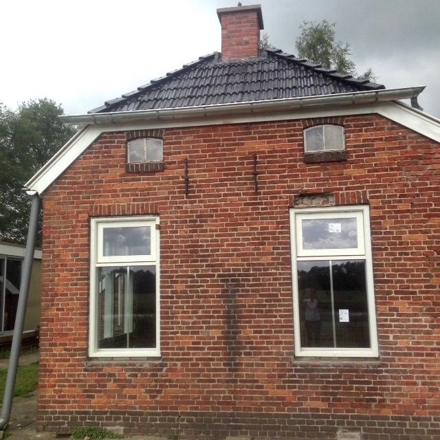 Vooraanzicht van ons huis, met nieuwe kozijnen en dubbelglas