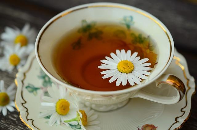 chique kopje thee met een kamillebloem