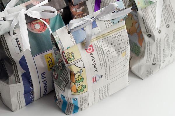 cadeau ingepakt in een krant, en een strik