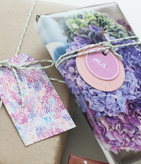 cadeau ingepakt met een bladzijde uit een tijdschrift met mooie bloemen