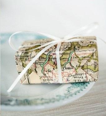 cadeau ingepakt in een landkaart