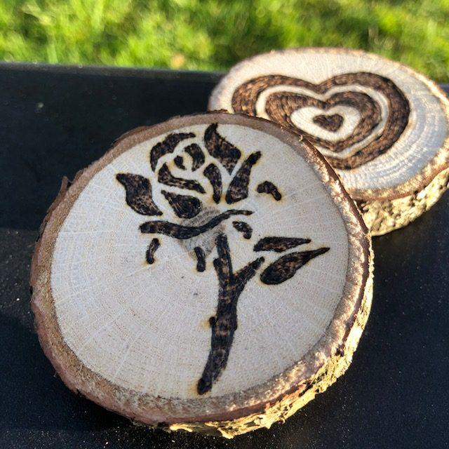 bedrukte houten schijven met roos en hartje