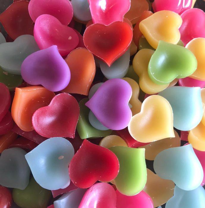 kaarsen maken met kaarsvet in allerlei kleurtje en in de vorm van hartjes