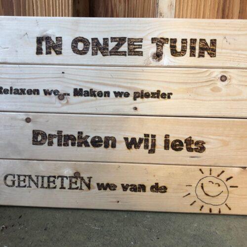 houten bord over de tuin