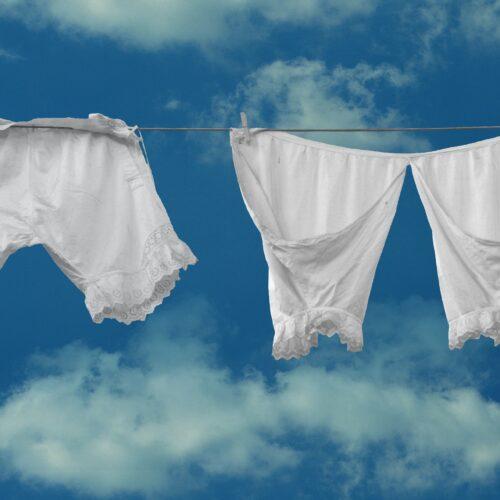 witte kleding aan de waslijn