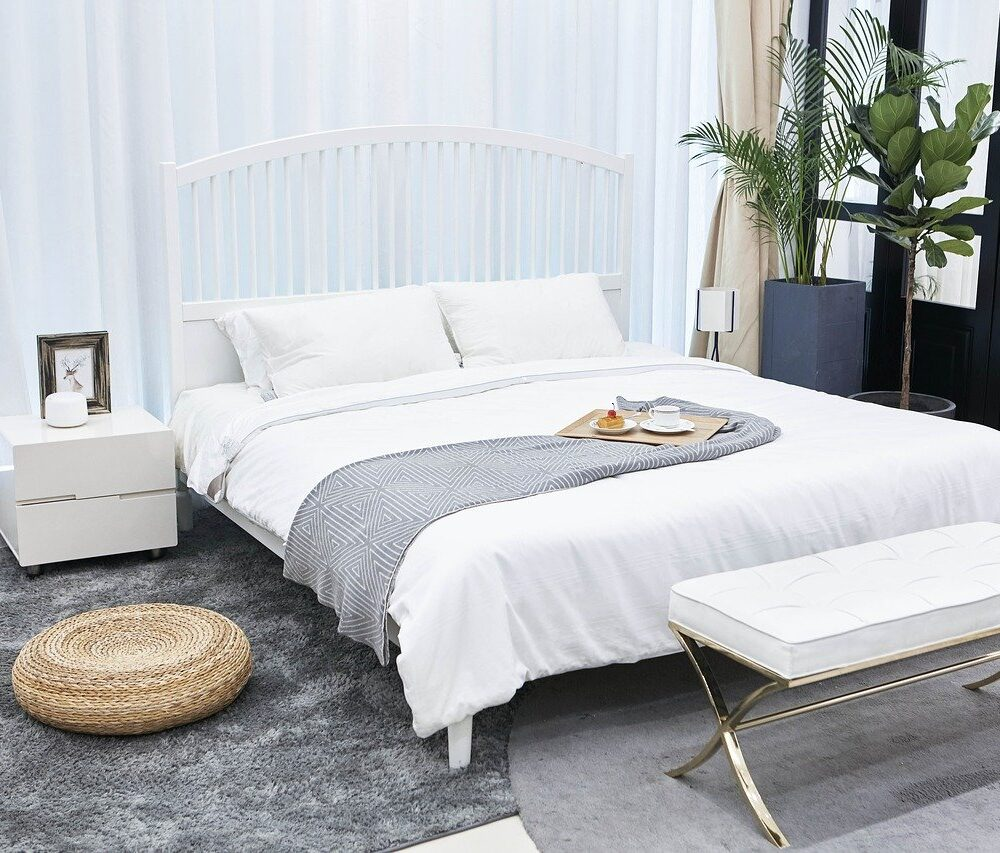 opgeruimde en schoongemaakte slaapkamer