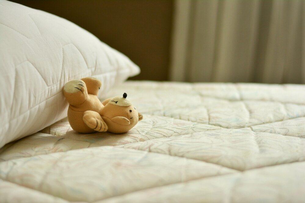 knuffel op matras bed schoonmaken