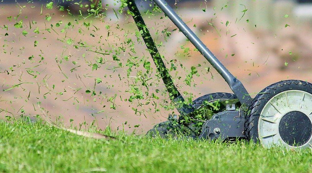 met een handmaaier duurzaam grasmaaien